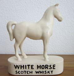 Een wit paard op een bord