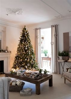 Salón con chimenea y árbol de Navidad