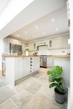 Shaker Kitchen - Image By Alex De Palma Kitchen Interior Kitchen Inspiration New Kitchen, Kitchen Interior, Kitchen Ideas, Kitchen White, Kitchen Island, White Kitchen Floor Tiles, White Kitchens Ideas, Cream Shaker Kitchen, House Interior Design