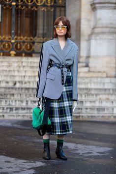 Paris fashion week - street style marzo 2018 in 2019 Fashion Weeks, Fashion 2018, Paris Fashion, Womens Fashion For Work, Look Fashion, Fashion Design, Blazer Fashion, Fashion Outfits, Moda Paris