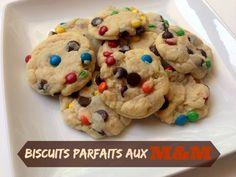 Une recette pour faire des biscuits parfaits aux M&M.. un petit ingrédient surprise :-) Desserts With Biscuits, Breakfast Tea, First Bite, Beignets, Bake Sale, Parfait, Macarons, Love Food, Tea Time
