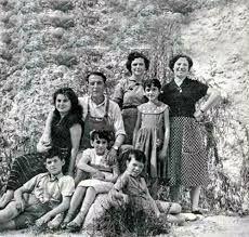 Camilo (apoyado a la piedra) con su familia.