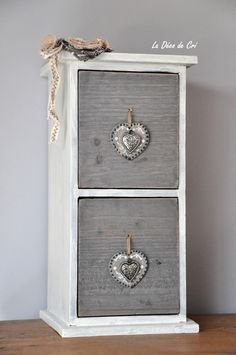 Mini commode en bois à deux tiroirs dans les tons gris et beige