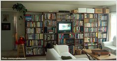 本棚の中にテレビなども配置したリビング