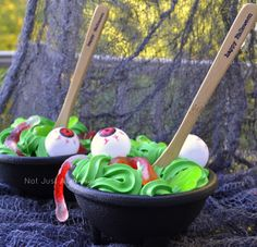 Spooky Cauldron ice cream - so easy to make and a perfect Halloween treat! Halloween Party Themes, Halloween Goodies, Halloween Snacks, Holidays Halloween, Happy Halloween, Halloween Decorations, Doctor Halloween, Halloween Birthday, Halloween 2020