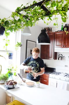 Transformation Inspiration: How a Couple Turned a Boring Rental Kitchen into a Highlight of their Home - natur und pflanzen - Best Apartment Plants, Apartment Kitchen, Apartment Design, Apartment Therapy, Kitchen Plants, Bathroom Plants, Home Garden Design, Patio Design, Home Design
