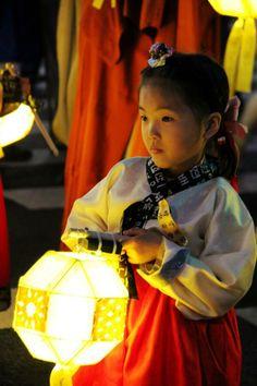 Abril 2014 Una niña en el #Festival de Faroles de Loto previo a cumpleaños de Buda en #Seúl, República de #Corea #fotografía de Peng Qian (@Xinhua9 en twitter) #Infancia #Children #Asia