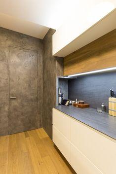 dveře se skrytou zárubní dokončené cementovou stěrkou Cement, Kitchen Cabinets, Home Decor, Kitchen Maid Cabinets, Interior Design, Home Interiors, Decoration Home, Kitchen Cupboards, Interior Decorating