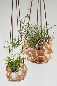 Dieser Leder-Pflanzen-Aufhänger ist ein echter Hingucker! Eine Pflanzenampel mal anders. Zu finden auf Etsy.
