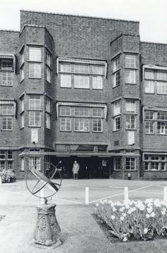 1978-1983. Gezicht op de hoofdingang van het Diakonessenhuis (Bosboomstraat 1) te Utrecht, met op de voorgrond een zonnewijzer op het voorterrein.
