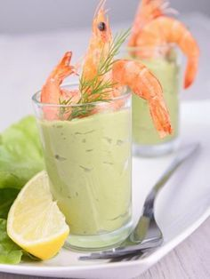 Avocado mousse with shrimps in verrine, a perfect recipe for a successful aperitif with friends Tapas, Snacks Für Party, Appetizers For Party, Salsa Rosa, Avocado Mousse, Girls Party, Brunch, Shrimp Avocado, Cranberry Salad