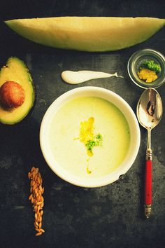 Melón y aguacate 1 yogurt natural. pimienta blanca. 1/ 2 aguacate. azúcar. aceite. menta. limón. sal.