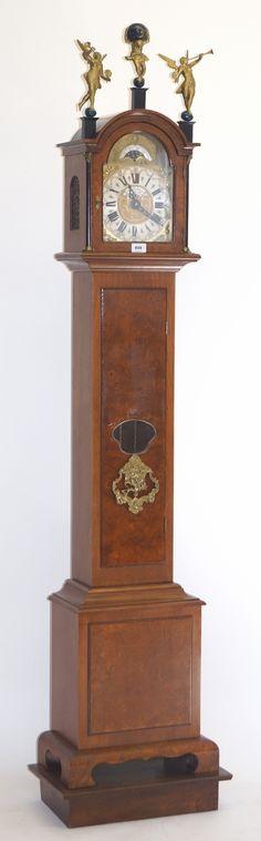 """Een staand horloge in wortelnoten en mahoniehouten kast, uurwerk voorzien van maanstand en met tekst: J.M. Verbrugge, Amsterdam"""", Wuba, JWA, Holland"""