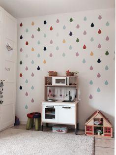Habitación de niñas - cocina DUKTIG de IKEA y gotas de lluvia de vinilo sobre la pared. My girls' room - IKEA DUKTIG kitchen and raindrops stickers on the wall.