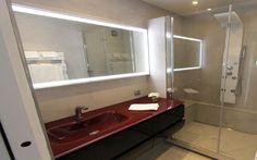 Rénovation d'une salle de douche par les bains & cuisines d'Alexandre - Architecte d'intérieur : denis gillet - Douche à l'italienne avec marche et contre marche afin de cacher la tuyauterie, et créer un second niveau dans la pièce, l'installation d'un banc également afin de permettre plus de confort et une pose de produits plus accessible.