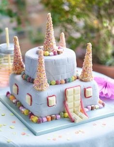 Rainbow cone turrets and a white chocolate drawbridge will make it a fairy-tale party! Fairy Castle Cake, Castle Birthday Cakes, Novelty Birthday Cakes, Birthday Cake Girls, Castle Cakes, Princess Birthday, 4th Birthday, Rodjendanske Torte, Candy Castle