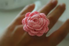 Crochet ring in pink  Flower crochet ring by lindapaula on Etsy, €8.00 Anillo de ganchillo en color rosa