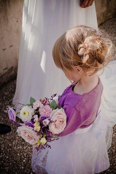 Mariage parme - Fleurs parmes // Purple flowers and little girl www.lapetiteboutiquedefleurs.fr