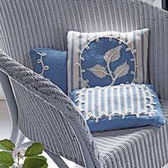 Des coussins tricotés façon Wedgwood, bleu et blanc / Knit pillows Wedgwood style blue and white
