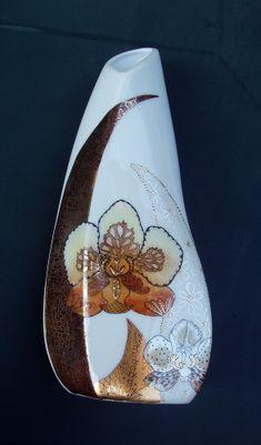 Pour ce vase un motif moderne s'imposait et ma soeur a choisi ces orchidées de Sabine Grossenbacher. J'ai bien allégé et modifié le modèle d'origine. Les fleurs sont d'abord dessinées à la plume ,puis colorées avec du lustre et les feuilles sont faites...