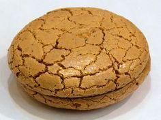 Turkish sweet: Acıbadem Kurabiyesi: Gerekli Malzemeler : 2 ad yumurtanın beyazı, 1 su bardağı kadar çekilmiş badem