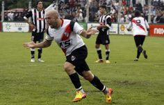 Jonathan Montero festeja su gol de penal, el que significó el empate de River.
