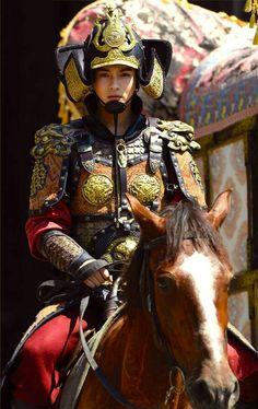 agentes de Tang de los años 700, el uso de la armadura distintiva Ming, que se distingue por las corazas gemelas que protegían el torso, relativamente ligero que el lamelar pesada armor- se prefiere a menudo por la corporación oficial, estas armaduras menudo marcaron el estado de su wearer- una de las razones por las que muchas de las figurillas guardianes de tumbas de la dinastía Tang se desgasta como armadura.  cascos época Heian samurai fueron influenciados por éstos CASCOS- caballería…