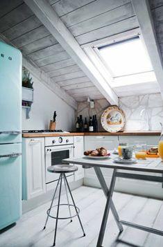 kleine Küche mit Essecke - weiße Fronten und schwarze ...