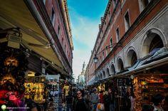 Tarabele de dinainte de Podul Rialto, Venetia Street View, Italia