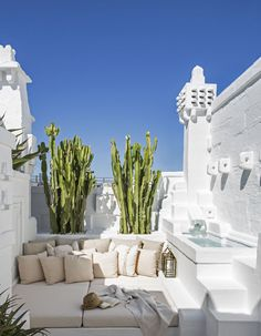 Une maison de rêve blanche - Elle Décoration In Italy, hidden in a village in Puglia, the house of architect Pino Brescia gives us a taste of vacation. Solar architecture, flooded with whiteness Patio Interior, Interior And Exterior, Room Interior, Outdoor Spaces, Outdoor Living, Outdoor Lounge, Garden Design, House Design, Patio Design