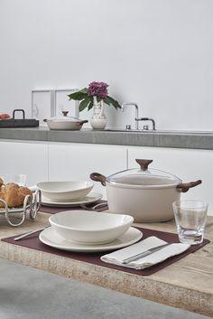 Sambonet is een Italiaans merk dat volledige wordt geproduceerd in Italië. Sambonet bestek is naast het traditionele bestek, ook in vele kleuren verkrijgbaar. Naast hun vele bestekken, biedt Sambonet een ruim assortiment aan pannen, messen en serveerartikelen. Bekijk nu de verschillende bestekken en andere kookaccessoires van Sambonet op Cookinglife! Pyrex, Induction, Tray, Table, Furniture, Home Decor, Products, Bonfires, Stone