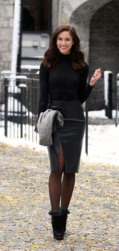 Holiday Look: Leather Skirt I need to find a skirt like this! // LOVE this faux leather pencil skirt with the slit in the front! Looks so chic with a thin black turtleneck top and some tights. Could be worn at any event! Love these bow booties too! Tights Outfit Winter, Black Tights Outfit, All Black Outfit, Winter Outfits, Black Outfits, Dress Black, Outfits With Tights, Grey Tights, Nice Outfits