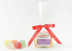 Misto di morbide gelèes a forma sferica prodotte con succo di frutta di mirtillo, fragolina, albicocca, pera, mela verde e oli essenziali di arancio dolce, limone, mandarino