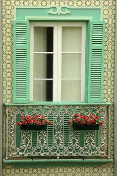 Açores , Portugal………SO SUMMERY…..SUCH AN AIERY FEELING…..WHEN I VISIT, I'M GOING TO HAVE MY PICTURE SNAPPED ON THIS LOVELY BALCONY……SAY CHEESE……  ……..ccp