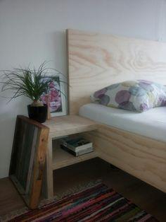 Bedombouw van underlayment / plywood. Eigen ontwerp zonder zichtbare schroeven. Zeer low budget en toch echt hout
