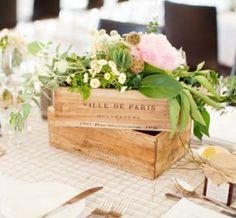 Caixote de madeira com arranjo floral
