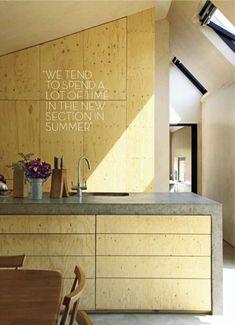 Cuisine béton et contre-plaqué (de bouleau?). Le design des portes est tiroirs est très élégant. #kitchen #concrete #wood