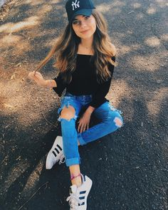 Stylish Photo Pose, Stylish Girl Pic, Shotting Photo, Cute Poses For Pictures, Superenge Jeans, Cap Girl, Best Photo Poses, Pic Pose, Foto Casual
