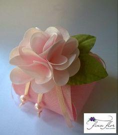 Embalagem: Caixinha com flor em cetim   Tecido: gorgurinho e cetim   Cor: gorgurinho rosa bebê, cetim rosa bebê