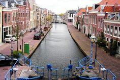 Als je de stenen trap bij de oude sluis omhoog loopt, heb je vanaf de Hoogstraat een mooi uitzicht over de Binnenhaven.
