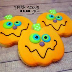 Yummy and pretty pumpkin cookies! Halloween Cookies Decorated, Halloween Sugar Cookies, Iced Sugar Cookies, Halloween Baking, Halloween Cakes, Cupcake Cookies, Halloween Treats, Decorated Cookies, Cupcakes