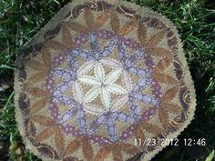 Pretty applique Flower Of Life, My Flower, Flowers, Scrap Fabric Projects, Fabric Scraps, Zig Zag Scissors, Machine Applique, Believe In Magic, Mandala Art
