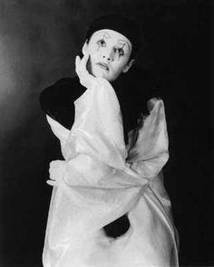 Pierrot eternamente enamorado de Colombina y sin esperanza, es ingenuo, melancólico y derrotista