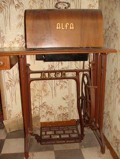 Alfa a pedal con su mueble y tapa. España