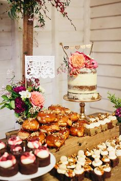 ideas wedding cakes rustic chic dessert bars for 2019 Dessert Bar Wedding, Wedding Donuts, Wedding Cake Rustic, Wedding Desserts, Wedding Table, Wedding Decorations, Donut Wedding Cake, Wedding Dinner, Wedding Ideas