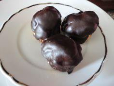 Copertura al cioccolato per bignè - http://www.food4geek.it/ricette/copertura-al-cioccolato-per-bigne/