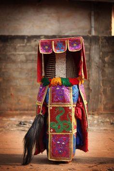 【先祖と接続する服】アフリカの聖地に降臨した「エグングン」に深層心理が恐れまくる                                                                                                                                                      もっと見る