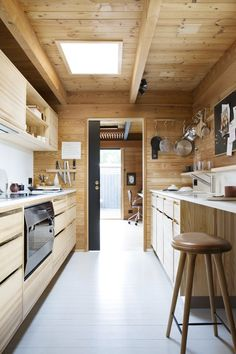Gaggenau's EB oven has been an icon for over 30 years. No matter the size of your kitchen, Gaggenau's 90 cm oven will instantly become the heart of your kitchen. Kitchen by: Hamran Chalet Interior, Interior Design, Kristiansand, Professional Kitchen, Bespoke Kitchens, Wooden Kitchen, Minimalist Interior, House In The Woods, Interior Inspiration