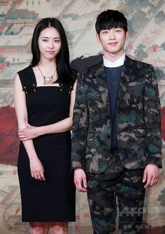 韓国・ソウルの韓国文化放送(MBC)社屋で行われた、ドラマ「華政 화정 Hwa Jung」の制作発表会に臨む、女優のイ・ヨニ(左)と俳優のソ・ガンジュン2015年4月7日撮影)。(c)STARNEWS ▼15Apr2015AFP|MBC新ドラマ「華政」の制作発表会、ソウルで開催 http://www.afpbb.com/articles/-/3045511 #이연희 #李沇熹 #Lee_Yeon_hee #서강준 #徐康俊 #Seo_Kang_joon