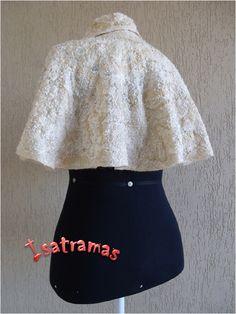 Capa curta Bege 1. Sobre uma manta de lã merino natural foram trançados, em fios de seda, pedaços de fitas, sianinhas, fios de lãs e linhas. O resultado é esta peça ideal para ser usada como agasalho de festa. Veja mais em www.isatramas.com.br